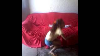 Menina dançando a minha mãe deixa