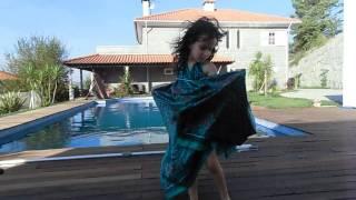 """Emily a """"coreografar"""" a musica de Carolina Deslandes - Não é verdade"""