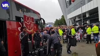 Spelersbus Ajax flink uitgejouwd bij aankomst Philips Stadion