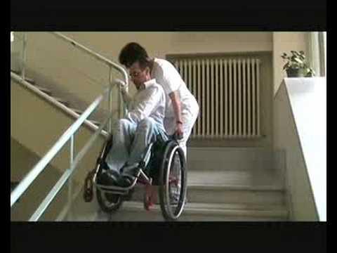 Come far scendere le scale ad una persona in carrozzina ...