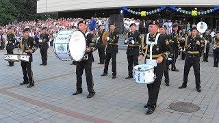 Шуточное дефиле барабанщиков военного оркестра 194 ПМО на фестивале