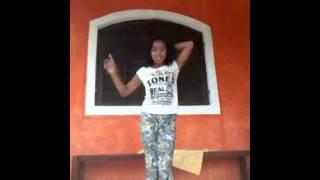 Bianca Alves dançando música da Ariana grande