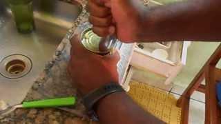 Abrindo uma lata de MILHO com uma COLHER (Nino) 17/04/2013