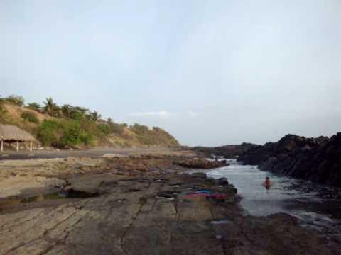 Olas contra piedras en Playa Hermosa (León, Nicaragua)