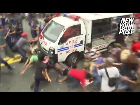 VIDEO! Da cu masina de politie peste protestatari