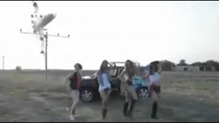 Avião faz manobra 360º enquanto garotas dançam na Romênia