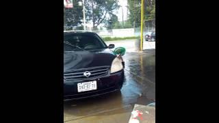 Nino de 10 trabajando en el car wash