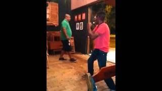 Homem apanhando em briga