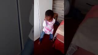 Niña bailando africano