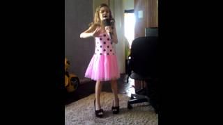 """Geovanna cantando """"abraça o mundo"""" chiquititas"""""""