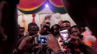 FANS CELEBRATE WITH ALLO  MAADJOA AFTER HE WON THE BATTLE BETWEEN ASHANTI AND BRONG AHAFO