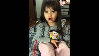 Laurinha cantando música do Frozen