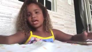 O Bom samaritano (Linda menina pequena cantando)