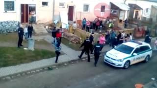 Video ktoré zachytáva ako policajti bijú Rómov v osade zajachtáva scénu ako z horu v Zborove...