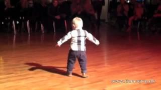 Tweejarige danst de Paso Doble