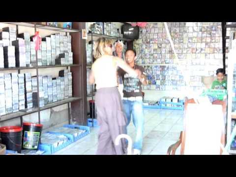 Tini tanzt in Nicaragua im Plattengeschäft
