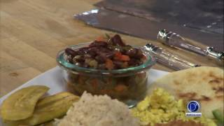 Eddie Garza prepara la bandeja paisa vegetariana