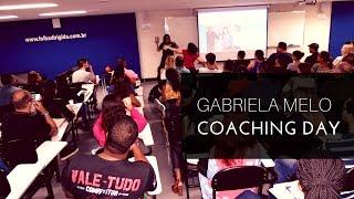 Gabriela Melo palestrando na Folha Dirigida