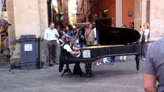 Pianista in piazza Maggiore Bologna