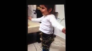 שירה בת 3 רוקדת ושרה סה לה וי