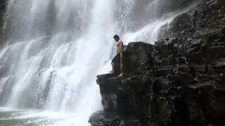 un clavado en la cascada fatal