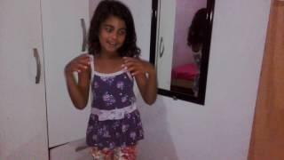 Suellen Santos cantando