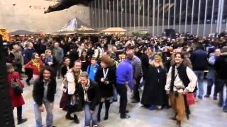 Trolls et Légendes 2013 - La danse des Pingouins : Bavar et le public!
