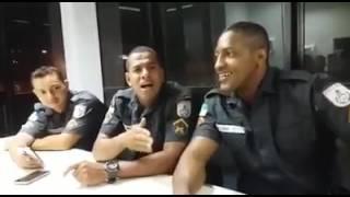 Policiais cantando - ele não desiste de você - lindo de mais