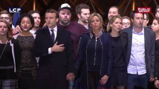 Emmanuel Macron rejoint par sa famille devant la pyramide du Louvre