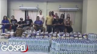 Anderson Freire exibe alimentos arrecadados para o Espirto Santo