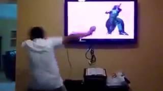 Niño loco baila como el dinosaurio