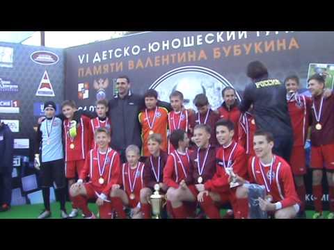 Награждение футболистов «Металлурга-2001» на международном турнире «Мемориал Валентина Бубукина»