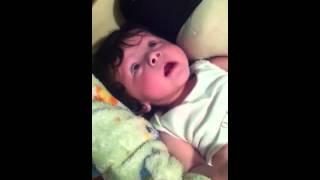 Bebé gritando de alegría