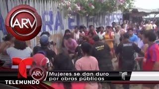 Mujeres en Perú se enfrentan a golpes por dinero público   Al Rojo Vivo   Telemundo