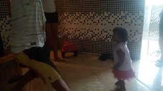 Menina q dança .  Eimitando o pai.