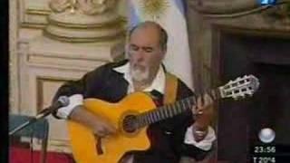 Juanjo Domínguez toca el himno nacional sólo con su guitarra