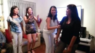 Sandra baila con sus amigas