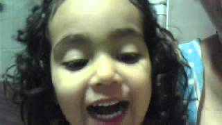 Yasmim cantando Musica do Carrossel