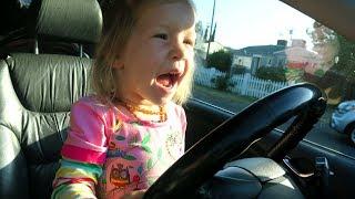 有趣的孩子们和西瓜轮车警察歌曲儿童童谣