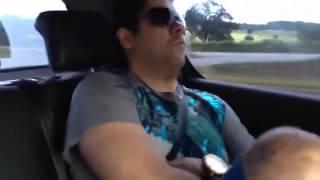 Breno Bobo assustando com a freiada do carro