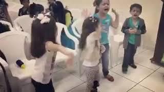 Crianças cantando lindo lindo lindo és Glória Glória eu te dou Jesus