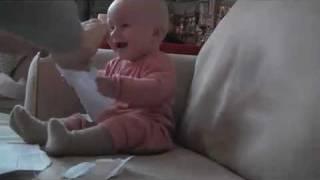 Bebis tycker det är kul att riva papper