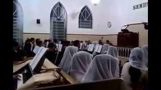 Hino 235 - menina de 8 anos tocando órgão e cantando