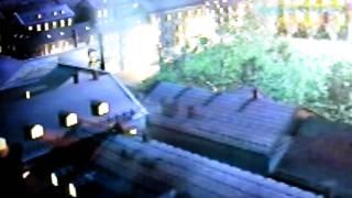"""Simba jager fugler på taket i i introduksjonsfilmen til """"I kveld med Ylvis"""""""