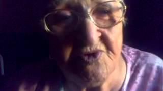 La abuela contando chistes.