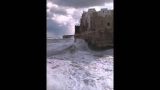 Mare in tempesta a Polignano a mare