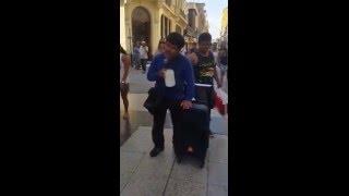 um homem cantando cego :(