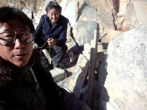 00 Prof. Juan Lázara con marmolistas en Tibet.MPG