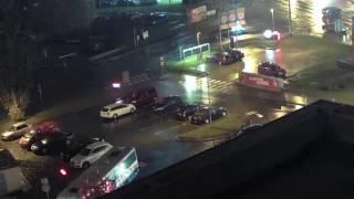 BK: Řidič autobusu chtěl u Burger Kingu v Praze zajet do drive, zboural přitom reklamní stojany