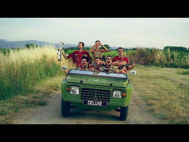 """Videoclip oficial de la canción """"Tum Rakak"""" de Deluxe."""